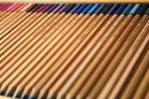 Trä färgade pennor i en låda — Stockfoto