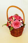 (バラとチューリップの造花で手作りバスケット) — ストック写真