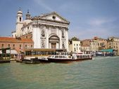 Церковь на реке в Венеции — Стоковое фото