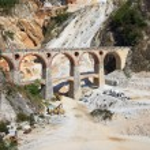 White marble quarry, bridge and excavators. Apuan, Carrara, Tusc — Stock Photo