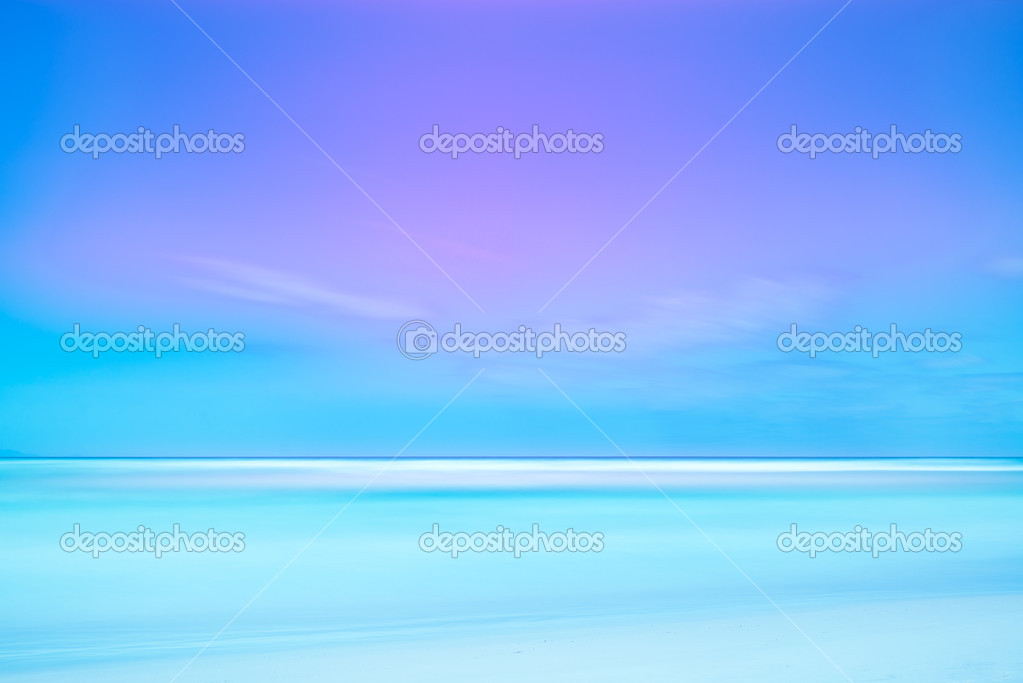 Long exposure photography with soft sea and light cloudy blue sky. 2 minutes time exposure on a white beach. — Stock Photo #10614930