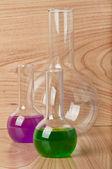 Ahşap arka plan üzerinde laboratuvarda test tüpleri — Stok fotoğraf