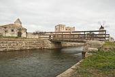 Vecchio mulino a vento con lago e ponte — Foto Stock