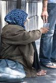 Vagrant receives alms — Stock Photo