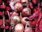 Yakın çekim, kırmızı soğan taze ve kuru biber — Stok fotoğraf