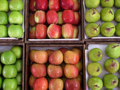 Fresh apples and pears on grocery store — Stock Photo