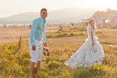 Happy messy bride and groom at the beach — Stock Photo