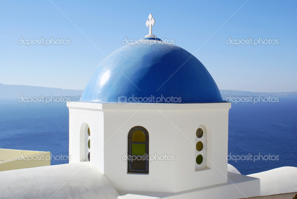 A Greek Orthodox church overlooking the sea in Oia, Santorini, Greece. — Stock Photo #8903879