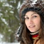 jonge vrouw buiten in de winter — Stockfoto
