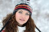 Młode kobiety odkryty w zimie, cieszyć się śniegiem — Zdjęcie stockowe