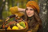 Mujer joven con cesta de hortalizas al aire libre — Foto de Stock