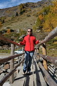 Junge frau tourist in alpinen zone — Stockfoto