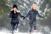 Junge frauen im freien im winter — Stockfoto