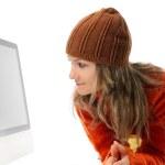 Красивая молодая женщина в передней части компьютера — Стоковое фото #9033289