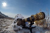 Wildlife photographer outdoor in winter — Стоковое фото