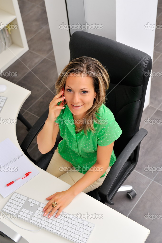 Beautiful young woman at the office — Foto Stock #9033299