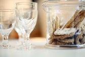 Glas vin och cookies — Stockfoto