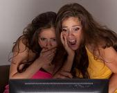 Sœurs Gemini, je regarde un film d'horreur à la télé — Photo