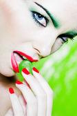 女性の肖像画、ブドウを食べる — ストック写真