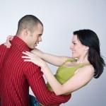 Młoda para taniec uścisk uśmiechający się portret — Zdjęcie stockowe