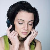 年轻女子听音乐 — 图库照片