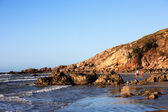 Pedra furada bored rock beach in the beautiful fisherman village of Jericoacoara in ceara state brazil — Zdjęcie stockowe