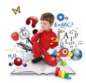 Garçon education science jeune sur la pensée de livre — Photo