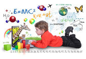 молодой мальчик на ноутбук компьютер обучение — Стоковое фото