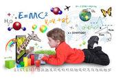 Jovem rapaz na aprendizagem de computador portátil — Foto Stock