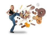 Dieta a mujer pateando aperitivos donut en blanco — Foto de Stock