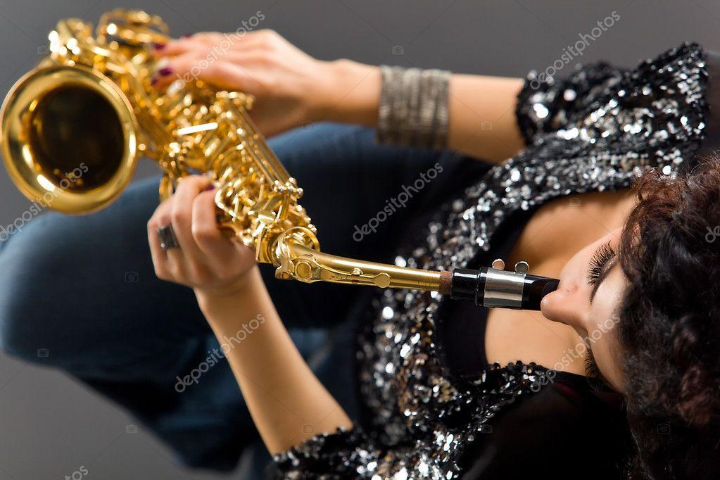 красивые девушки с саксофоном фото скачать
