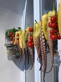 Pólipos e pimentas penduraram para fora para secar numa ilha grega — Foto Stock