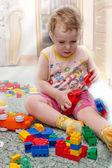 Niño juega con dados — Foto de Stock