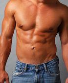 Seksi kas gömleksiz adam — Stok fotoğraf