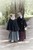 2 donne camminare — Foto Stock