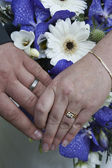 Wedding rings and bouquet of flowers — Stock Photo