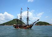 Vecchia nave nell'oceano — Foto Stock