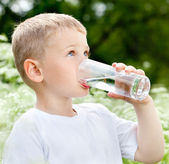 Child drinking pure water — Stock fotografie