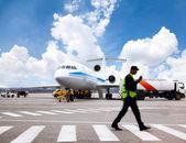 Uçak hizmet veriliyor — Stok fotoğraf