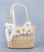 Bolsa de praia palha com flores — Fotografia Stock