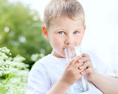 Child drinking pure water — Stok fotoğraf