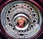 Wheel of classic old car close-up — Stock Photo