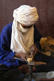 Artisan working on jewellry in Niger — Stock Photo