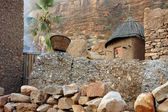 A traditional Dogon granary below cliff face — Stock Photo