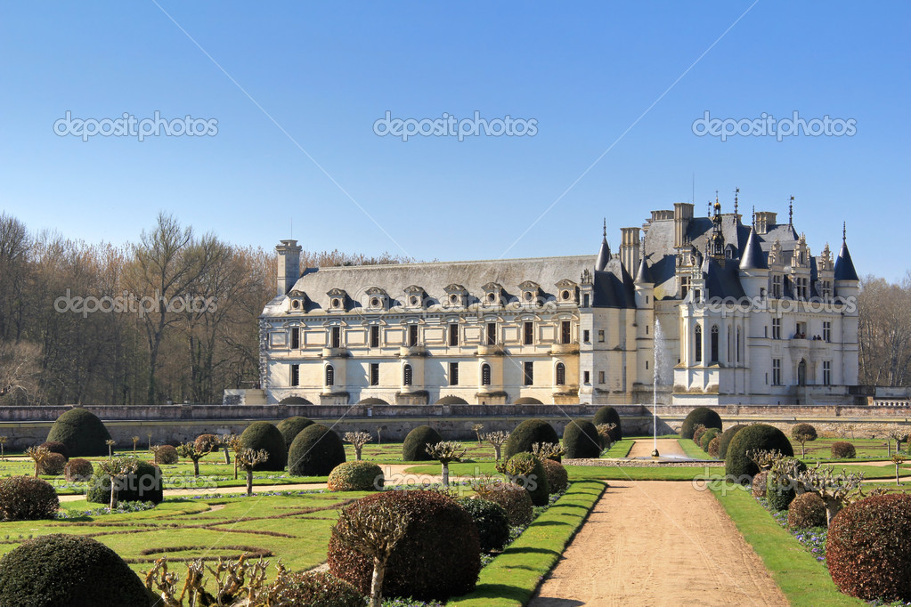 Castle of Chenonceau with  garden , fountain  and blue sky . Loire valley , France — Stock Photo #10523631