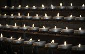 świece w kościele katolickim — Zdjęcie stockowe
