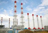 Fabrik mit rohren gegen den himmel — Stockfoto