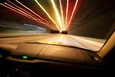 Auto geht über Nacht Stadt — Stockfoto