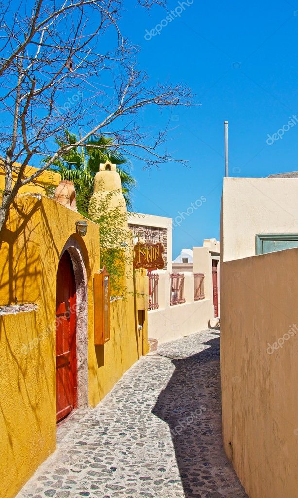 The small streets of the old city is very cozy and beautiful. Many tourists have lots of fun walking around these streets. — Stock Photo #9615702