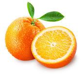 Fatias de fruta laranja com folhas isoladas em branco. traçado de recorte — Foto Stock